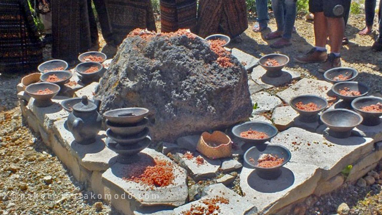 Ritual sesajen di batu arwah
